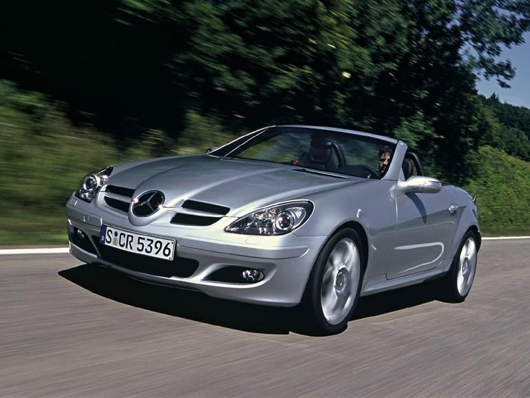 Σύμφωνα με την λίστα της δημοπρασίας μία τέτοια Mercedes SLK έχει τιμή εκκίνησης τα 2.000 ευρώ...