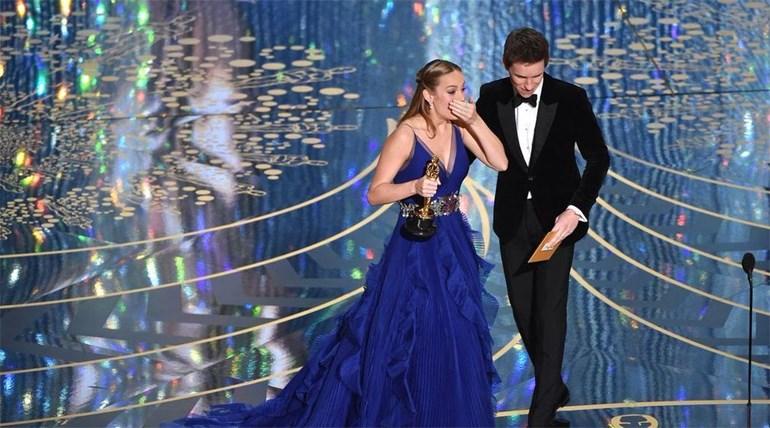 Η Brie Larson με το χρυσό αγαλματίδιο