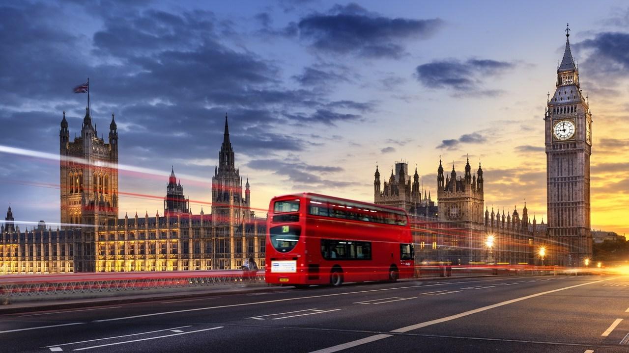 Τα διώροφα λεωφορεία αποτελούν το σήμα κατατεθέν της πόλης