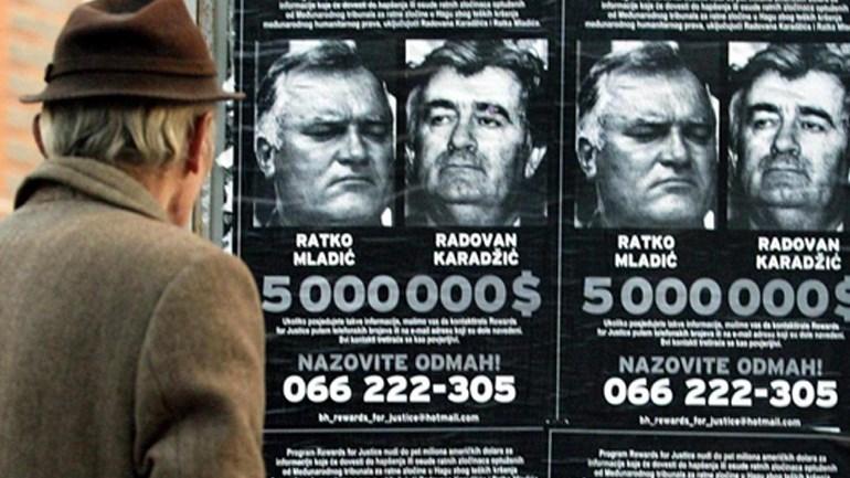 Η αφίσα με την επικήρυξη του Κάρατζιτς και του Μλάντιτς