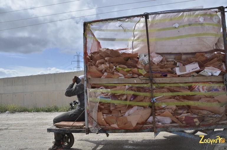 Με τρίκυκλα μεταφέρεται η 'λεία' έξω από τη χωματερή κι από εκεί πωλείται στο παρεμπόριο που έχει στηθεί