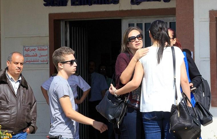 Συγγενείς των αγνοουμένων στο αεροδρόμιο Σαρλ ντε Γκωλ και στο Διεθνές Αεροδρόμιο του Καΐρου
