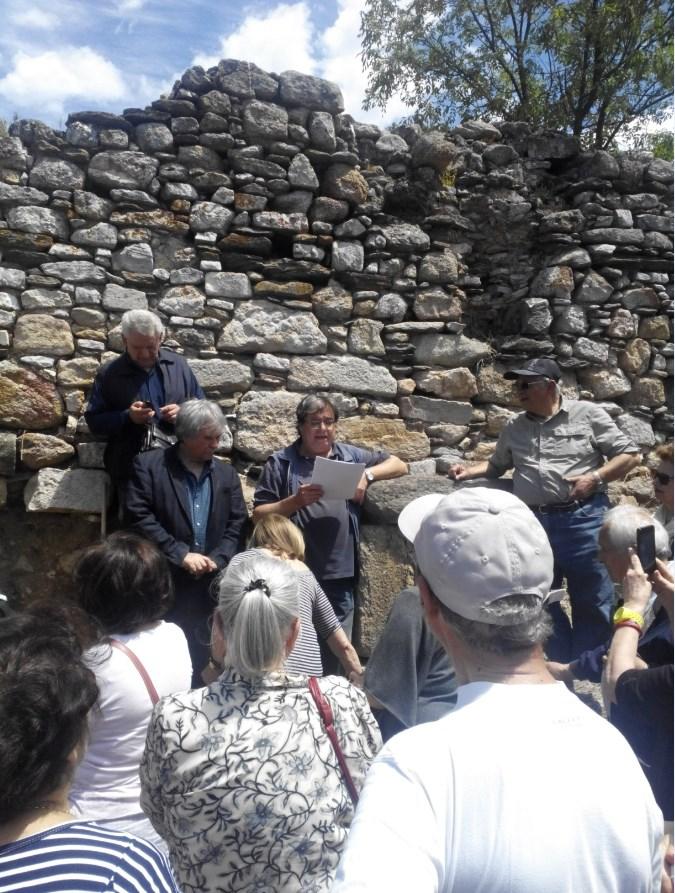 Στο κέντρο ο αρχαιολόγος Κώστας Σισμανίδης κρατά έγγραφα με στοιχεία για τις ανασκαφές