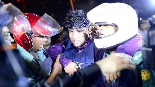 Τραυματισμένος αστυνομικός απομακρύνεται από συναδέλφους του