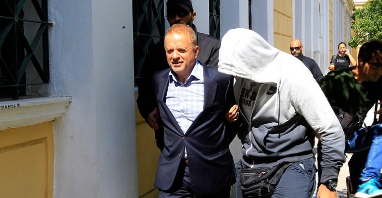 Στις 2 Οκτωβρίου 2015 προφυλακίστηκε ο εκδότης του Κέρδους για το σκάνδαλο των εξοπλιστικών. Αποφυλακίστηκε με «βραχιολάκι», αλλά παραπέμφθηκε σε δίκη μαζί με ακόμη 16 συγκατηγορουμένους του για την προμήθεια του ηλεκτρονικού συστήματος Sonak στον στρατό ξηράς