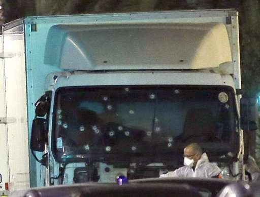 Οι σφαίρες των αστυνομικών 'γάζωσαν' το φορτηγό μέχρι να εξουδετερωθεί ο δράστης