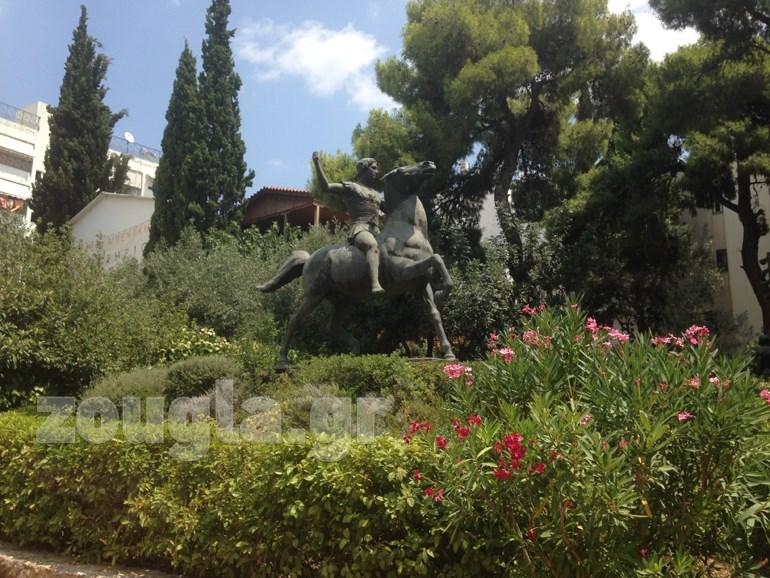 Το άγαλμα στον κήπου του εργαστηρίου