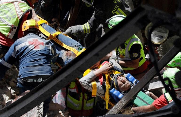 Όπως αναφέρει η εφημερίδα Corriere della Sera, οι τραυματίες από το Αματρίτσε μεταφέρονται με ελικόπτερα στην Λ' Άκουϊλα, ενώ δύο σοβαρότερα τραυματισμένοι αεροδιακομίσθηκαν στη Ρώμη.