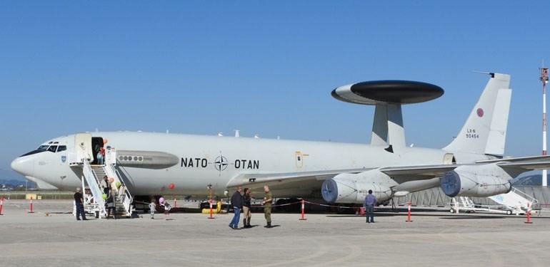 Πρόκειται για ιπτάμενα ραντάρ που δεν μεταφέρουν οπλισμό. Δεν διαθέτουν οπλικά συστήματα αυτοάμυνας, γι' αυτό σε περίπτωση πολέμου συνοδεύονται από μαχητικά αεροσκάφη Φωτό: aromalefkadas.gr