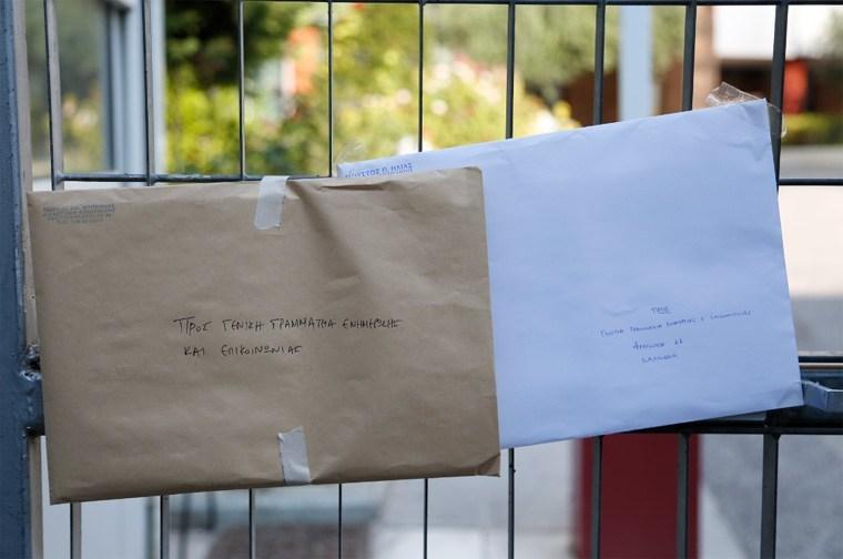Στην είσοδο του κτηρίου της Γενικής Γραμματείας Ενημέρωσης και Επικοινωνίας θυροκολλήθηκαν το πρωί της Τετάρτης φάκελοι με τα ασφαλιστικά μέτρα των τηλεοπτικών σταθμών