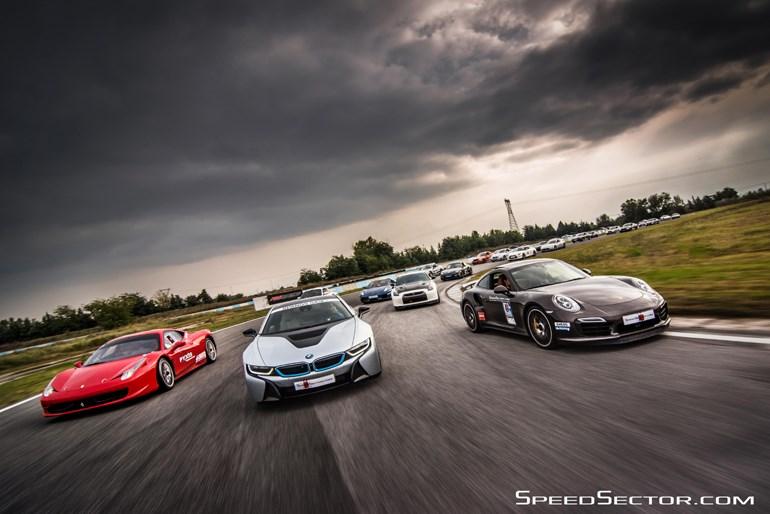 Εντός της πίστας. Ferrari, BMW, Porsche και μία ατελείωτη... ουρά με μοναδικά αυτοκίνητα