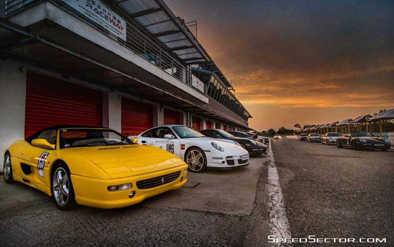 Ferrari, Porsche κ.λπ. μπροστά στα Padocks...