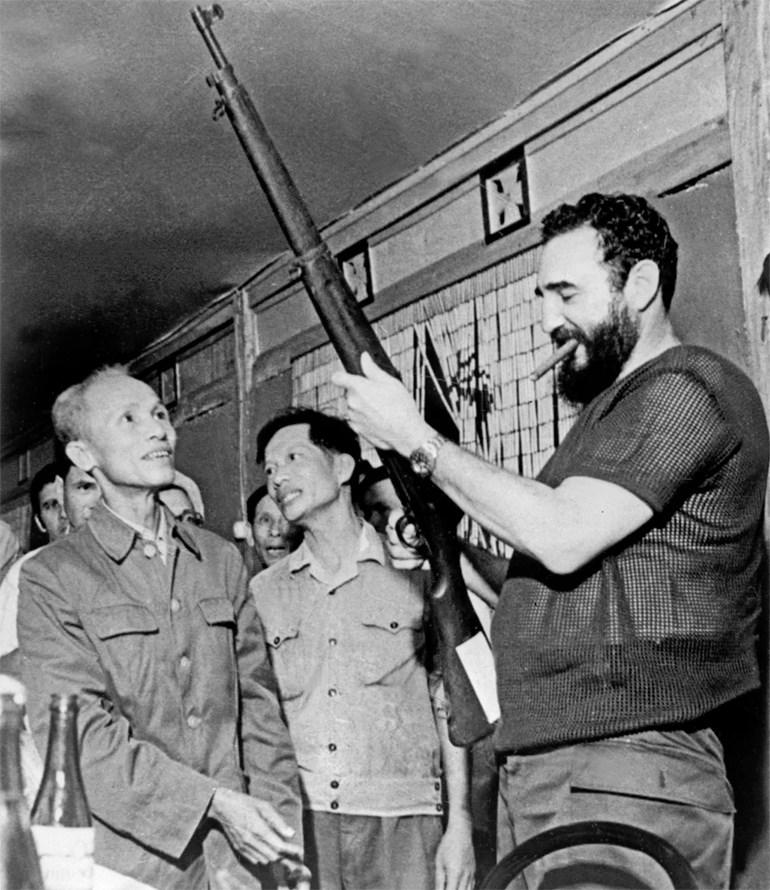 Ο Φιντέλ Κάστρο επιθεωρεί ένα τυφέκιο κατά τη διάρκεια επίσκεψής του στο Βόρειο Βιετνάμ, το 1973, και ενώ βρίσκεται σε εξέλιξη η αμερικανική επέμβαση στην ασιατική χώρα