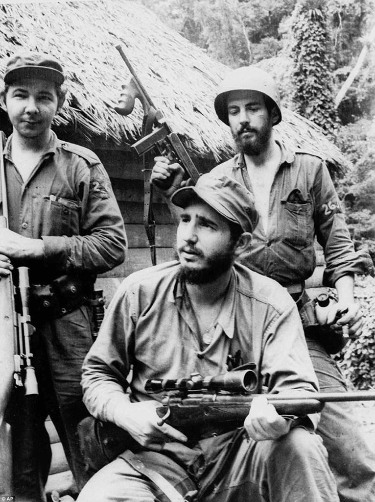 Στα βουνά της ανατολικής Κούβας με τον αδελφό του Ραούλ (αριστερά) και τον Καμίλο Σιενφουέγος -εμβληματική μορφή της Κουβανικής Επανάστασης που πέθανε το 1959