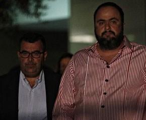 Κουρτάκης-Μαρινάκης έξω από το κτήριο της Γενικής Γραμματείας Ενημέρωσης όπου έγινε ο διαγωνισμός για τα κανάλια