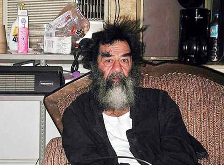 Ο Σαντάμ, αμέσως μετά τη σύλληψή του. Φυσικά και δεν φαίνεται πως του έχουν περάσει χειροπέδες…