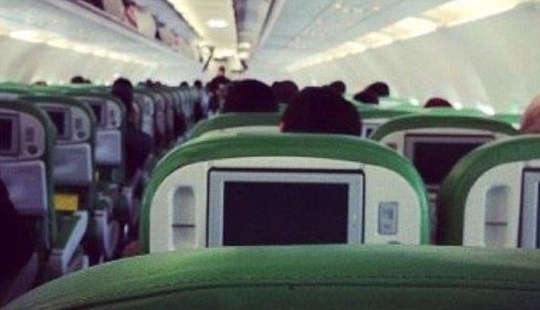 Φωτογραφία που δημοσιεύεται στη Daily Mail  όπου φέρεται να είναι το εσωτερικό του αεροσκάφους των λιβυκών αερογραμμών και στο βάθος διακρίνεται ο αεροπειρατής