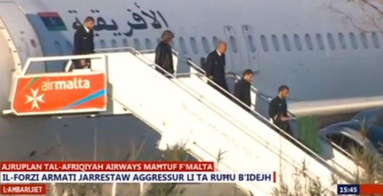 Η εικόνα, όπως μετέδωσε η τηλεόραση της Μάλτας, παρουσιάζει τα μέλη του πληρώματος και τους αεροπειρατές να φεύγουν από το αεροσκάφος