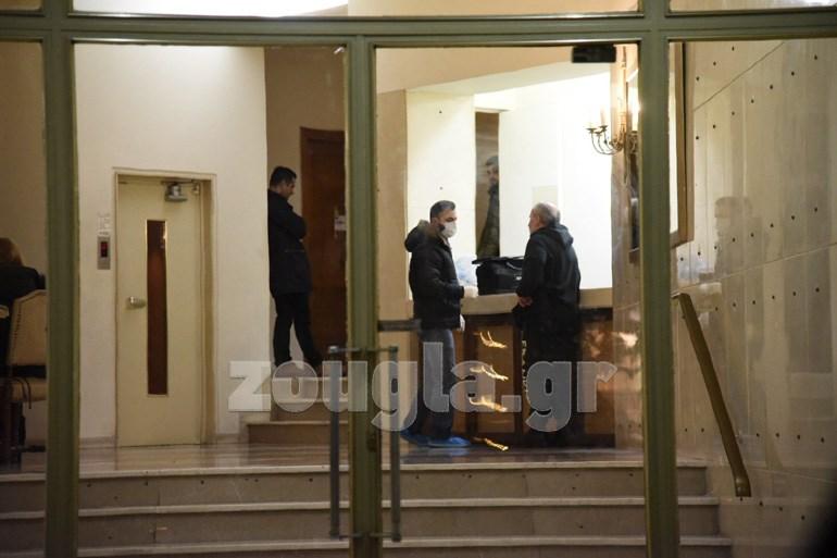 Οι αστυνομικοί στο σπίτι του Αλέξη Μάρδα. Επί τόπου βρίσκεται και ιατροδικαστής, προκειμένου να διαπιστωθούν τα αίτια του θανάτου