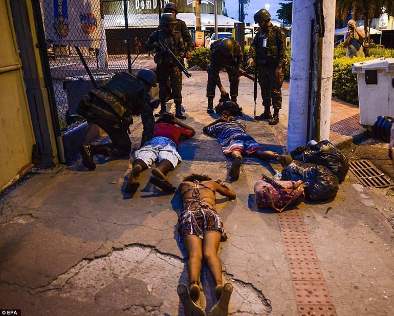 Στρατιώτες 'συγκρατούν' πολίτες από λεηλασίες