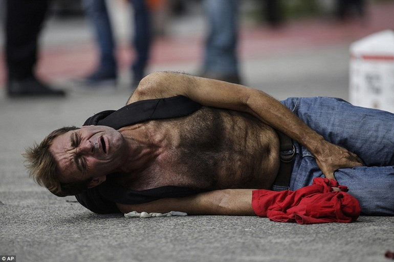 Ένας πολίτης δέχτηκε σφαίρα στο πόδι και σφαδάζει στη μέση του δρόμου