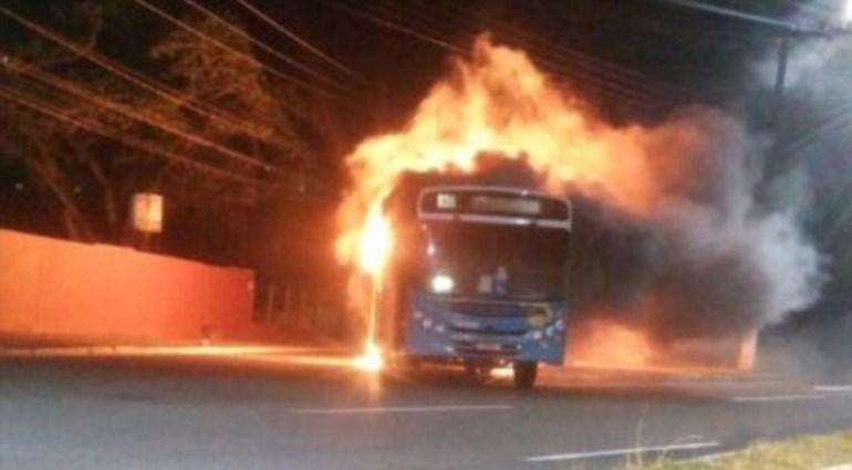 Ένα αστικό λεωφορείο τυλίχτηκε στις φλόγες, κατά τη διάρκεια ταραχών