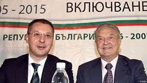 Πολλές κυβερνήσεις στα Βαλκάνια γίνονται όλο και πιο αυταρχικές. Ο εχθρός είναι λίγο πολύ ένας: ο δισεκατομμυριούχος Τζορτζ Σόρος, ο οποίος στηρίζει αρκετές βαλκανικές ΜΚΟ.  default Ουγγαρία, Σερβία, Ρουμανία, ΠΓΔΜ, Βουλγαρία. Χώρες των Βαλκανίων που τελευταία ρέπουν ολοένα περισσότερο προς τον ολοκληρωτισμό. Το παράλογο όμως της όλης υπόθεσης δεν είναι ότι φοβούνται την αντιπολίτευση, ούτε καν την κατακραυγή των ψηφοφόρων. Κοινός εχθρός είναι πια οι δεκάδες βαλκανικές ΜΚΟ για τη δημοκρατία και τα ανθρώπινα δικαιώματα που στηρίζονται οικονομικά από τον αμερικανό δισεκατομμυριούχο Τζορτζ Σόρος. Η εξήγηση είναι μία. Τα σκάνδαλα διαφθοράς και οι πολυάριθμες ανοιχτές ποινικές υποθέσεις που εκκρεμούν σε βάρος προσώπων από όλα τα κόμματα στα Βαλκάκια βρίθουν, με αποτέλεσμα να δημοσιοποιούνται σχεδόν αποκλειστικά από ανεξάρτητους μη κυβερνητικούς φορείς. Για το λόγο αυτό οι ΜΚΟ βρίσκονται στο στόχαστρο. Στην Ουγγαρία εδώ και ένα χρόνο μαίνεται ένας μιντιακός «εμφύλιος» στα κανάλια που στηρίζουν την κυβέρνηση Όρμπαν κατά του Τζορτζ Σόρος και των οργανώσεων που αυτός στηρίζει. Ο πρωθυπουργός Βίκτορ Όρμπαν έχει μάλιστα ανακηρύξει το 2017 «έτος απομάκρυνσης του Σόρος» και  ο έμπιστός του Τσίλαρντ Νέμεθ θέλει επίσης με κάθε τρόπο «να καθαρίσει» τη χώρα από τις οργανώσεις του Σόρος. Οι θεωρίες συνομωσίες έχουν την τιμητική τους.  Δαιμονοποίηση του Σόρος από παλιούς ευεργετηθέντες  O Tζορτζ Σόρος, ιδρυτής της MKO «Οpen Society», με τον πρώην πρωθυπουργό της Βουλγαρίας Σεργκέι Στάνισεφ O Tζορτζ Σόρος, ιδρυτής της MKO «Οpen Society», με τον πρώην πρωθυπουργό της Βουλγαρίας Σεργκέι Στάνισεφ Στην ΠΓΔΜ η κυβέρνηση του Νίκολα Γκρουέφσκι επιδίδεται επίσης σε μιαν αντίστοιχη «καμπάνια» κατά του Σόρος. Οι οργανώσεις που στηρίζονται από τον αμερικανό μεγιστάνα έχουν στοχοποιηθεί για πρόκληση «βανδαλισμών και αναρχίας» στις  μαζικές αντικυβερνητικές διαδηλώσεις των τελευταίων μηνών. Οι οπαδοί του Γκρουέφσκι έχουν ξεκινήσει μια μεγάλη εκστρατεία γνωστή με το όνομα «SOS – Stop Operation Soros