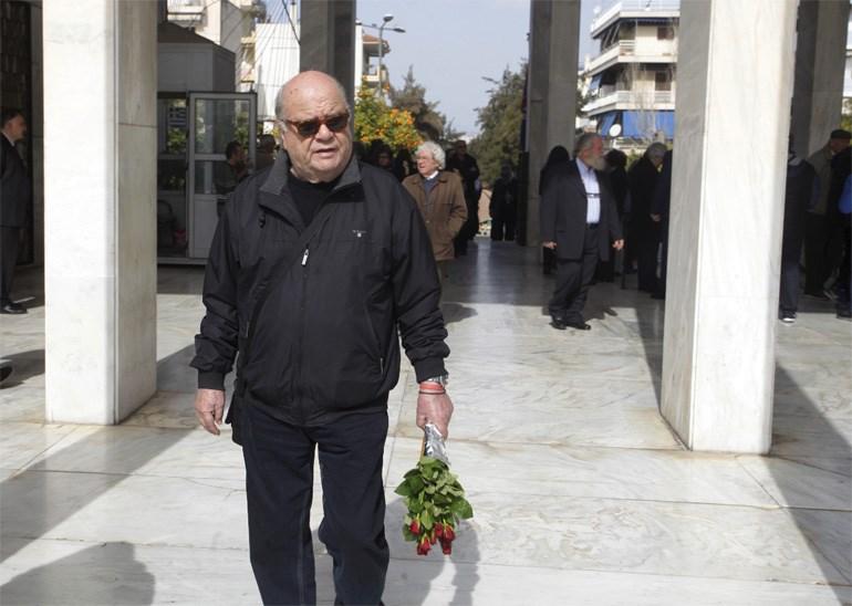 Ο Γ. Κατσαρός με λίγα κόκκινα τριαντάφυλλα στα χέρια