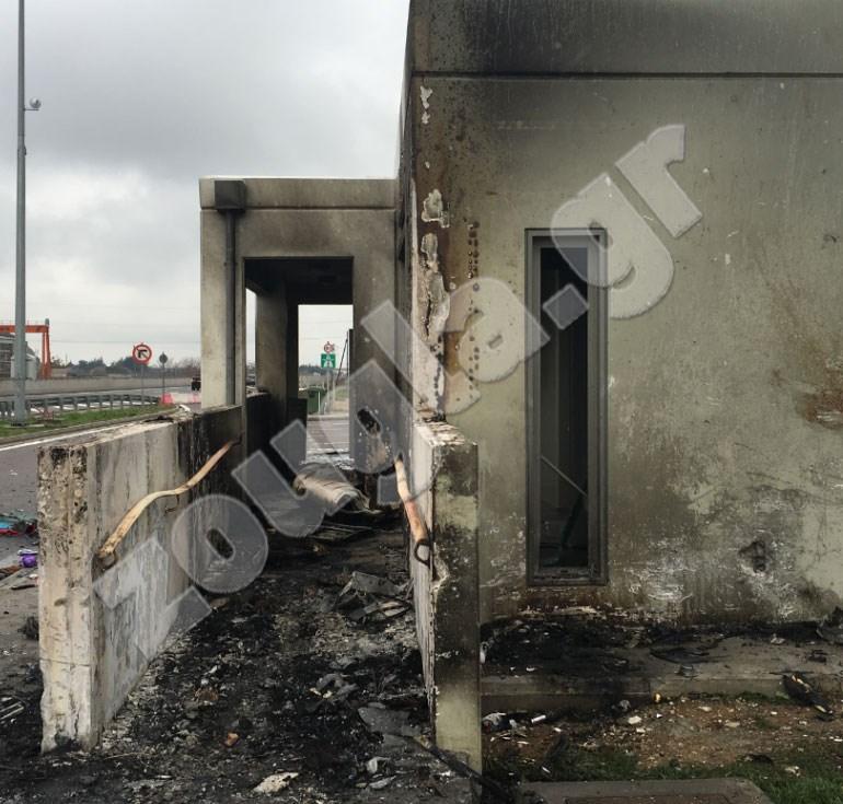 Από τη σύγκρουση προκλήθηκε φωτιά η οποία έκαψε και τους τοίχους του χώρου