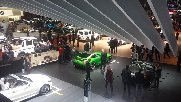Επιβλητικό το περίπτερο της Mercedes. Σε πρώτη θέα η AMG GT R