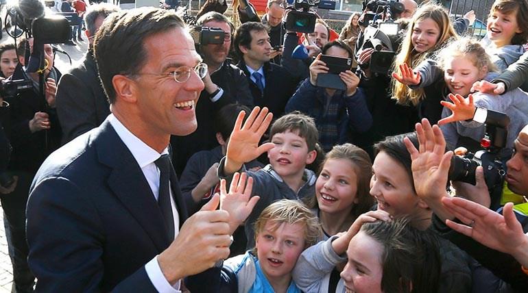 Ο Ρούτε κατά την έξοδό του από το εκλογικό κέντρο