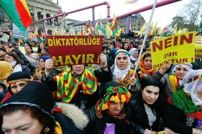 Πλήθος Κούρδων στην πορεία της Φρανκφούρτης