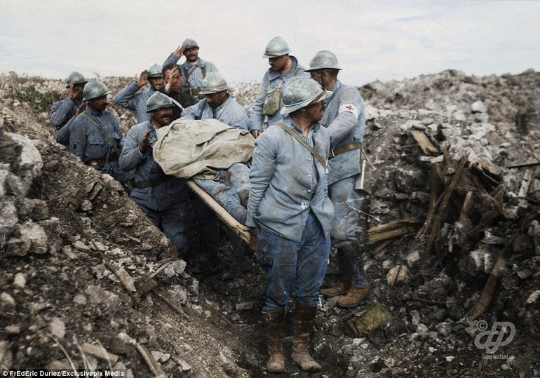 Γάλλοι στρατιώτες μεταφέρουν το πτώμα νεκρού στρατιώτη ύστερα από την πτώση στο πεδίο μάχης του Cote 304 τον Αύγουστο του 1917