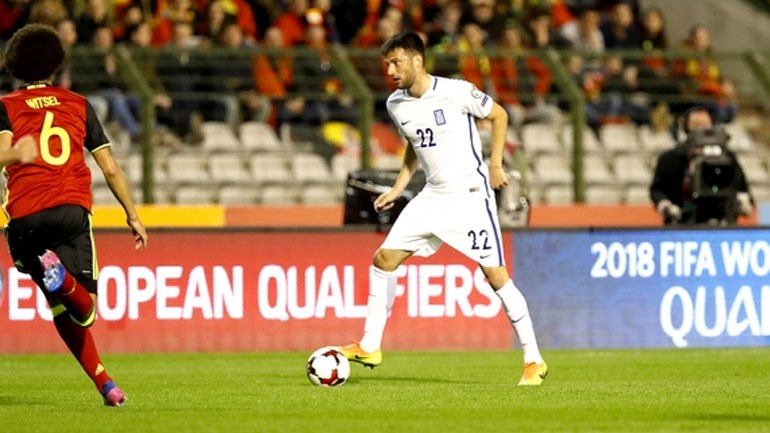 Ο Σάμαρης με την μπάλα υπό την επιτήρηση του Βιτσέλ