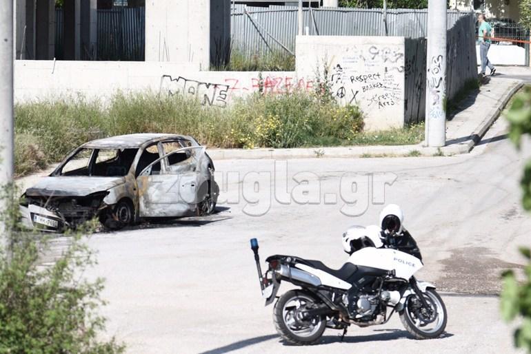 Το καμένο όχημα που χρησιμοποίησαν οι δράστες
