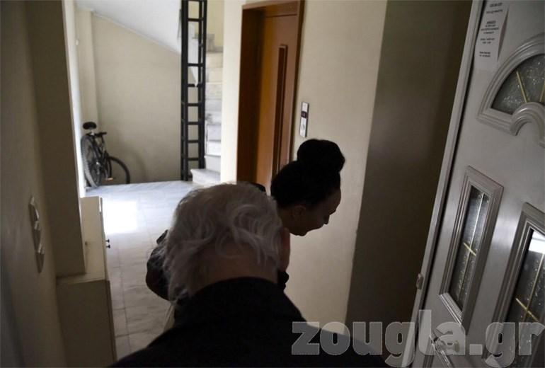 Ο Τσοχατζόπουλος και η σύζυγός του ανοίγουν την πόρτα του σπιτιού τους