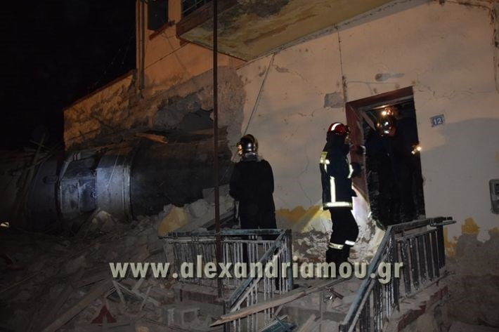 Πυροσβέστες ερευνούν το κτήριο για τον εντοπισμό τραυματιών