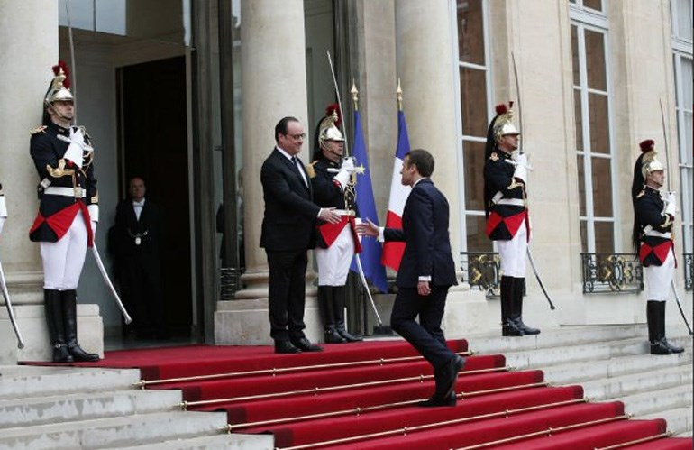 Ο Ολάντ χαιρετά τον Μακρόν λίγο πριν του παραδώσει την προεδρία