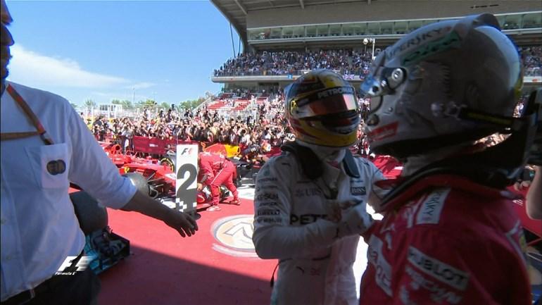 O Vettel συγχαίρει τον νικητή Lewis Hamilton
