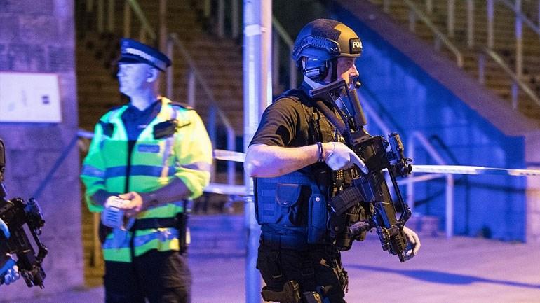 Με το χέρι στη σκανδάλη βρίσκεται ο αστυνομικός της φωτογραφίας και όχι μόνο