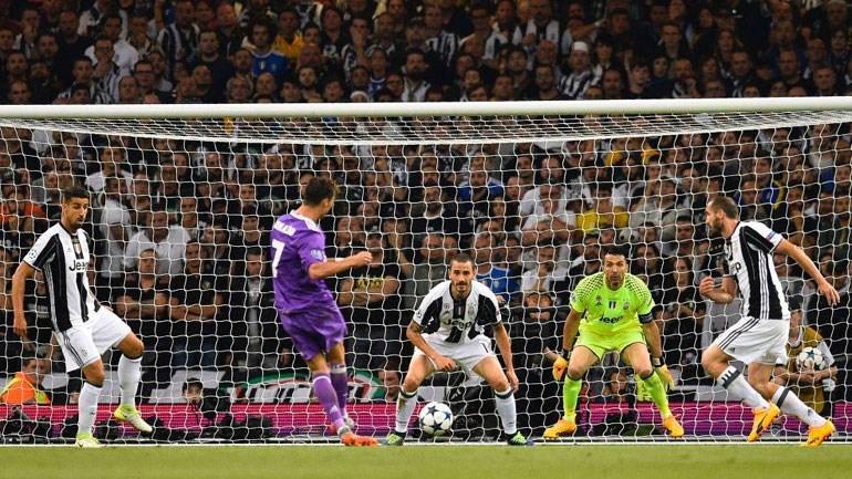O Ρονάλντο εκτελεί και αναγκάζει τον Μπουφόν να μαζέψει την μπάλα από τα δίχτυα του