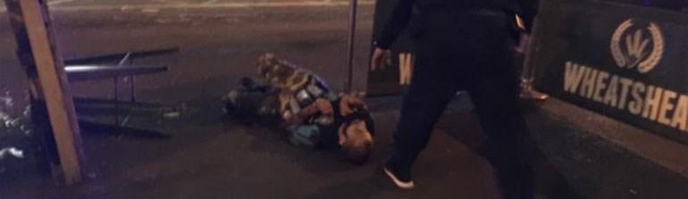 Στις φωτογραφίες που δημοσιεύει η Daily Mail φαίνεται να δείχνει τους υπόπτους που βρίσκονται νεκροί στο έδαφος έξω από το Pub Wheatsheaf στην Borough Market