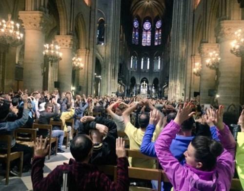 Οι τουρίστες κλείστηκαν εντός του Ιερού Ναού, με εντολή της αστυνομίας