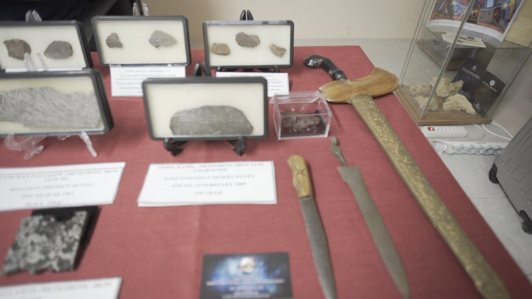 Μέρος της συλλογής από κομμάτια μετεωριτών που έχει συλλέξει ο Τάκης Θεοδοσίου από όλο τον κόσμο. Από μετεωριτικό υλικό επίσης έχουν κατασκευαστεί ορισμένα σπάνια ξίφη της αρχαιότητας!