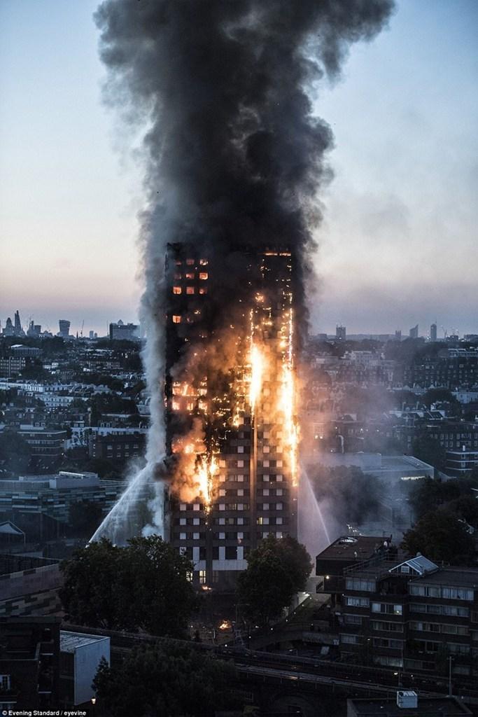 Ο πύργος τυλιγμένος στις φλόγες