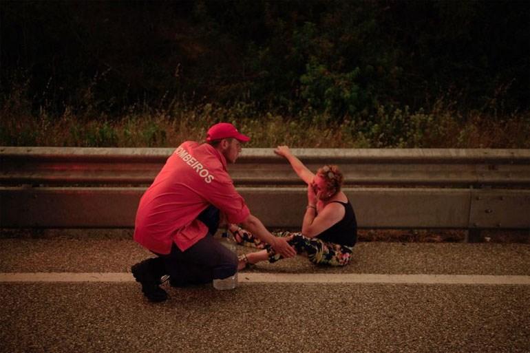 Ένας πυροσβέστης προσπαθεί να την καθησυχάσει