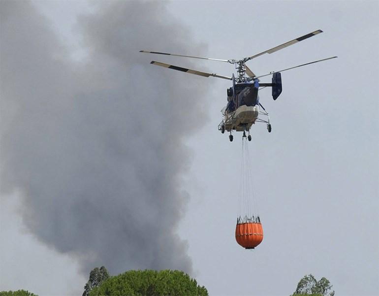 Εναέρια μέσα επιχειρούν για την κατάσβεση της πυρκαγιάς