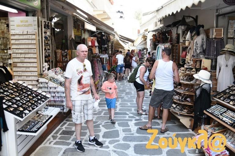 Οι τουρίστες ξανά στην αγορά του νησιού