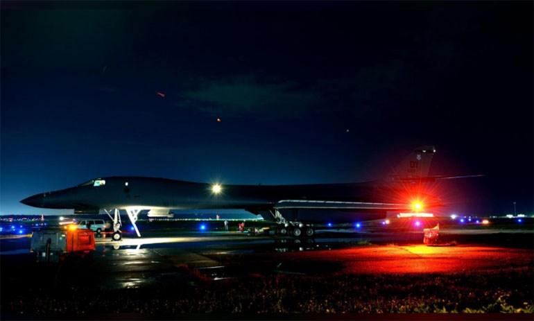 Το αμερικανικό βομβαρδιστικό Β-1Β Lancer προετοιμάζεται για την πτήση του /Πηγή φωτό: Reuters