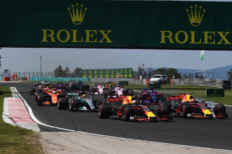 Η Red Bull του Verstappen (δεξιά) μπλοκάρει στα φρένα και λίγο αργότερα ακουμπά την Red Bull του Ricciardo